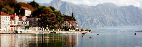 Χωριό Perast στην ακτή του κόλπου Boka Kotor - Μαυροβούνιο - υπόβαθρο φύσης και αρχιτεκτονικής, δημοφιλής προορισμός ταξιδιού στη στοκ φωτογραφία