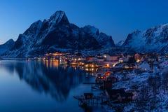 Χωριό Reine τη νύχτα, αρχιπέλαγος Lofoten, Νορβηγία, Σκανδιναβία Στοκ Εικόνα