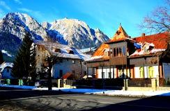 Χωριό Sinaia, χειμερινό θέρετρο στα βουνά Bucegi Carpathians στα βουνά Στοκ Εικόνα