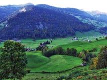 Χωριό Starkenbach στην περιοχή Toggenburg και στην κοιλάδα ποταμών Thur στοκ φωτογραφία