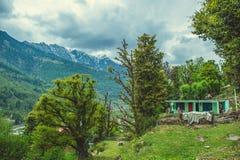 Χωριό Vashisht στο υπόβαθρο Himalayan mountans και μπλε ουρανός με τα σύννεφα Στοκ Εικόνες