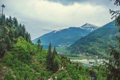 Χωριό Vashisht στο υπόβαθρο Himalayan mountans και ουρανός με τα σύννεφα Στοκ Φωτογραφίες