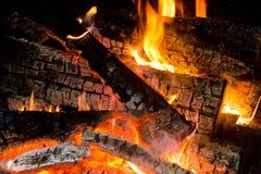 Χόβολη που καίει το ξύλινο σιγοκαίγοντας ξύλινο σιγοκαίγοντας κούτσουρο Στοκ Φωτογραφία
