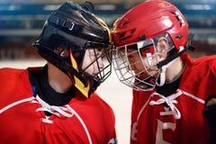 Χόκεϋ πάγου - παίκτες αγοριών στοκ εικόνες