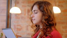 Χόμπι γυναίκα σχεδίων που σκιαγραφεί το σημειωματάριο απόθεμα βίντεο