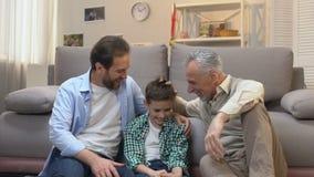 Χόμπι εξόδων πατέρων και γιων, που απολαμβάνει την επίσκεψη στον παππο απόθεμα βίντεο
