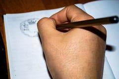 Χόμπι που σύρουν το ανθρώπινο χέρι που κρατά ένα μολύβι Στοκ φωτογραφία με δικαίωμα ελεύθερης χρήσης