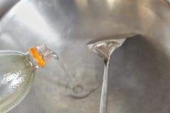 Χύνοντας λάδι μαγειρέματος Στοκ φωτογραφία με δικαίωμα ελεύθερης χρήσης