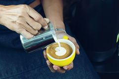 Χύνοντας αφρός γάλακτος Barista για την παραγωγή της τέχνης καφέ latte με το patte στοκ εικόνα με δικαίωμα ελεύθερης χρήσης