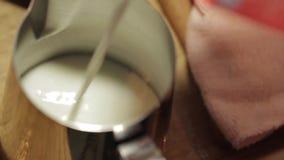 Χύνοντας γάλα από μια συσκευασία σε μια κανάτα απόθεμα βίντεο
