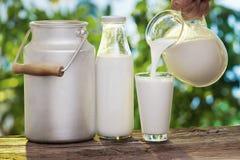 Χύνοντας γάλα στο γυαλί. στοκ φωτογραφία με δικαίωμα ελεύθερης χρήσης