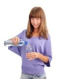 χύνοντας γυναίκα ύδατος &gamm Στοκ Φωτογραφίες
