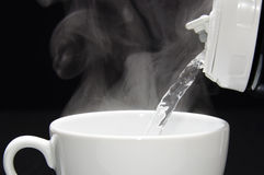 Χύνοντας ζεστό νερό Στοκ Φωτογραφίες