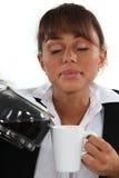 Χύνοντας καφές γυναικών στοκ εικόνες