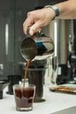 Χύνοντας καφές σε ένα γυαλί Στοκ εικόνες με δικαίωμα ελεύθερης χρήσης