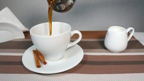 Χύνοντας καφές στο φλυτζάνι φιλμ μικρού μήκους