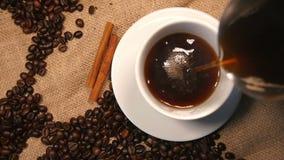 Χύνοντας καφές στο φλυτζάνι απόθεμα βίντεο
