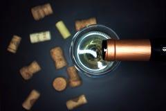 χύνοντας κρασί γυαλιού Στοκ Εικόνα
