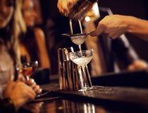 Εξυπηρετώντας ποτά κοκτέιλ μπάρμαν Στοκ Εικόνες