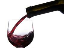 Χύνοντας κρασί στο γυαλί Στοκ εικόνες με δικαίωμα ελεύθερης χρήσης