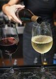 χύνοντας κρασί Στοκ φωτογραφία με δικαίωμα ελεύθερης χρήσης