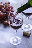 χύνοντας κρασί στοκ εικόνα με δικαίωμα ελεύθερης χρήσης