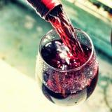 χύνοντας κόκκινο κρασί Κρασί σε ένα γυαλί, εκλεκτική εστίαση, θαμπάδα κινήσεων, Στοκ Εικόνα