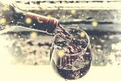 χύνοντας κόκκινο κρασί Κρασί σε ένα γυαλί, εκλεκτική εστίαση, θαμπάδα κινήσεων, κόκκινο κρασί σε ένα γυαλί Sommelier που χύνει το Στοκ Φωτογραφίες