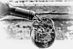 χύνοντας κόκκινο κρασί Κρασί σε ένα γυαλί, εκλεκτική εστίαση, θαμπάδα κινήσεων, κόκκινο κρασί σε ένα γυαλί Sommelier που χύνει το Στοκ Φωτογραφία