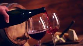 χύνοντας κόκκινο κρασί απόθεμα βίντεο
