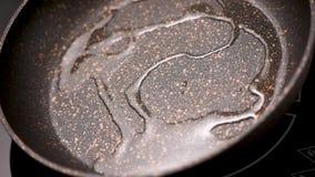 Χύνοντας λάδι μαγειρέματος στο skillet απόθεμα βίντεο