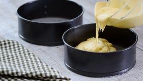 Χύνοντας μίγμα κέικ στον κασσίτερο Κατασκευή της ζύμης ζύμης Παραγωγή torte με την πλήρωση buttercream απόθεμα βίντεο