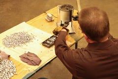 Χύνοντας μόλυβδος στην παραγωγή των σφαιρών Στοκ Εικόνα