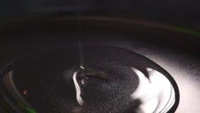 Χύνοντας πετρέλαιο στο Μαύρο που τηγανίζει το παν, μακρο βίντεο απόθεμα βίντεο