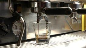Χύνοντας πυροβολισμός espresso μηχανών καφέ φιλμ μικρού μήκους