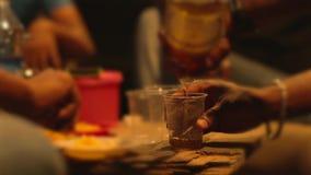 Χύνοντας σαμπάνια ατόμων σε ένα γυαλί στο κόμμα Κινηματογράφηση σε πρώτο πλάνο απόθεμα βίντεο