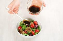 Χύνοντας σαλάτα με τη σάλτσα Στοκ φωτογραφία με δικαίωμα ελεύθερης χρήσης