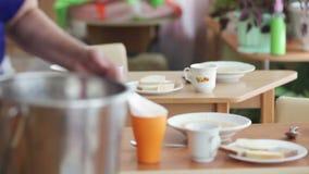 Χύνοντας σούπα απόθεμα βίντεο
