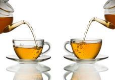 χύνοντας τσάι γυαλιού φλ&upsi Στοκ Εικόνες