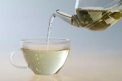 χύνοντας τσάι δοχείων φλυ& στοκ εικόνες
