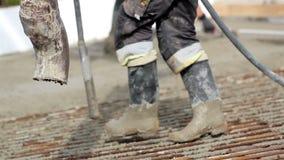 Χύνοντας τσιμέντο αναμικτών τσιμέντου στο έδαφος απόθεμα βίντεο