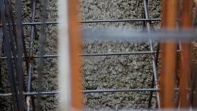 Χύνοντας τσιμέντο και σκυρόδεμα εργαζομένων με το σωλήνα αντλιών απόθεμα βίντεο