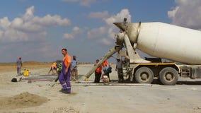 Χύνοντας τσιμέντο φορτηγών τσιμέντου σε μια κατασκευή διαδρόμων, χρονικό σφάλμα απόθεμα βίντεο