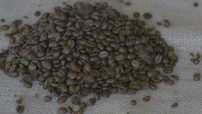 Χύνοντας φασόλια καφέ σε έναν σωρό απόθεμα βίντεο