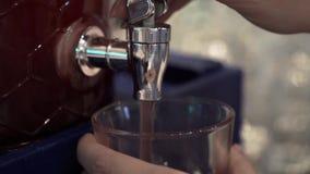 Χύνοντας χυμός γυναικών απόθεμα βίντεο