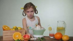 Χύνοντας χυμός κοριτσιών σε ένα γυαλί απόθεμα βίντεο