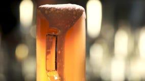Χύνοντας χυμός στην παχιά μπύρα απόθεμα βίντεο