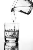 χύνοντας ύδωρ κανατών γυα&lambd Στοκ Εικόνες