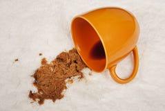 Χύσιμο καφέ στον άσπρο τάπητα στοκ φωτογραφίες