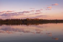 Χύσιμο τοπίων ποταμών άνοιξη στοκ εικόνες